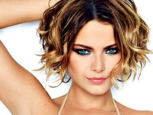 The most prominent short wavy hair